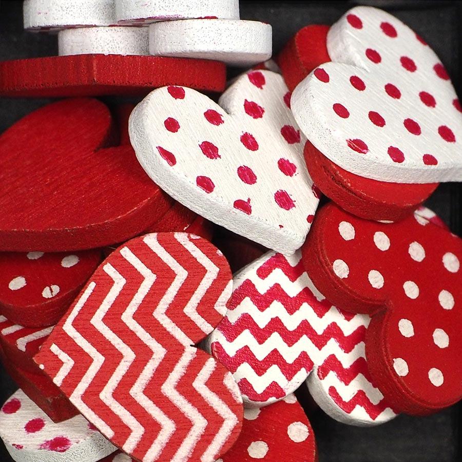 Cœurs en bois peint - rouge et blanc - 25 pcs